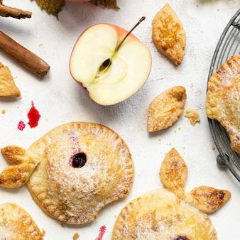 Frisch gebackener apfel-brombeerkuchen thanksgiving-dessert-rezept
