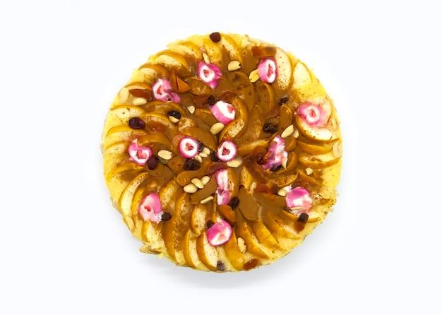 Frisch gebackener apfelkuchen mit zimt und süßen bonbons.