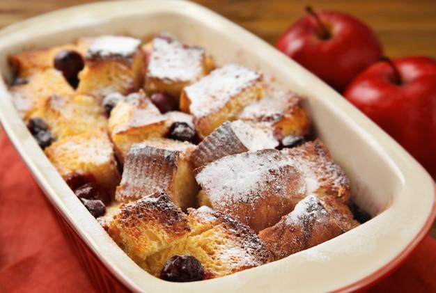 Frisch gebackener brotpudding in auflaufform, nahaufnahme