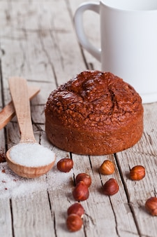 Frisch gebackener browny kuchen, milch, zucker, haselnüsse