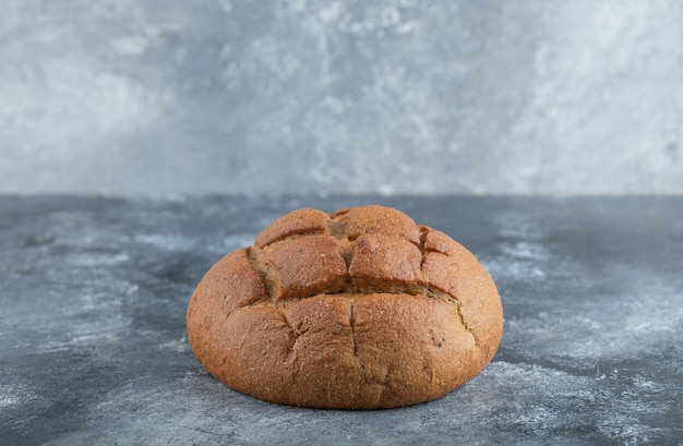 Frisch gebackener hausgemachter handwerklicher sauerteigroggen und weißmehlbrot. hochwertiges foto