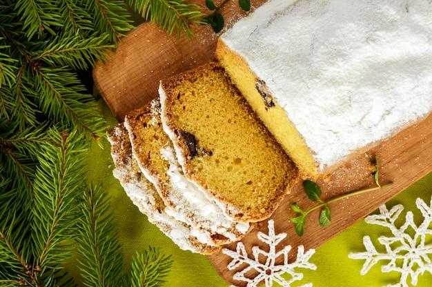 Frisch gebackener hausgemachter laibkuchen, der die oberseite mit puderzucker verziert