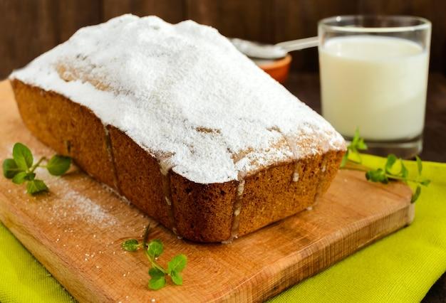 Frisch gebackener hausgemachter obstkuchen, der die oberseite mit puderzucker verziert