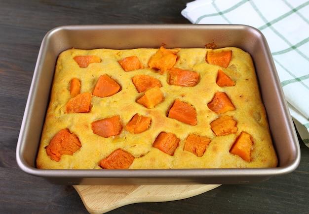 Frisch gebackener köstlicher hausgemachter butternusskürbis-kuchenriegel auf hölzernem brotbrett