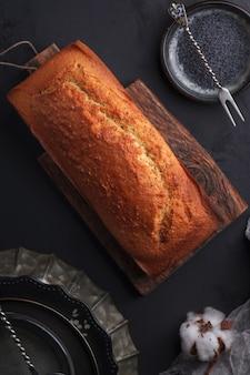 Frisch gebackener mohnkuchen. kuchen mit fondant. backen mit mohn auf einem dunklen hintergrund