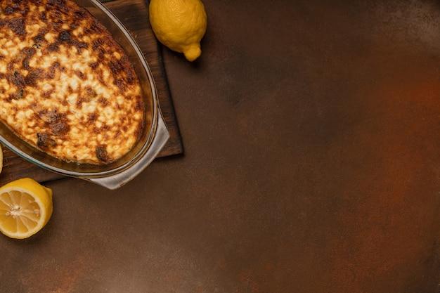 Frisch gebackener quarkpudding in einer auflaufform