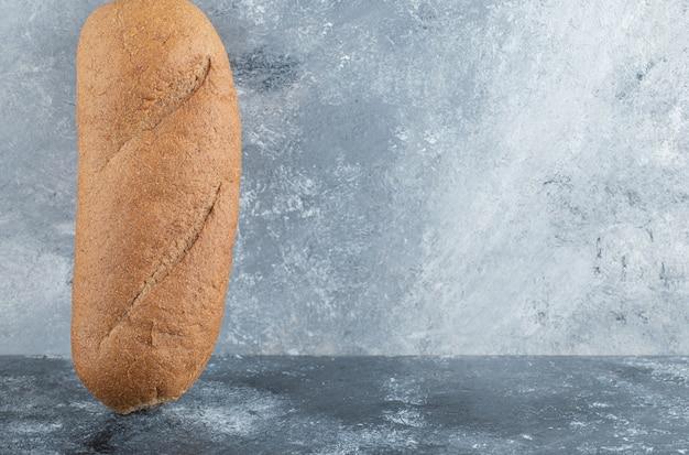 Frisch gebackener stab lokalisiert auf grauem hintergrund. hochwertiges foto