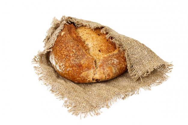 Frisch gebackenes brot auf dem stoff lokalisiert auf weiß