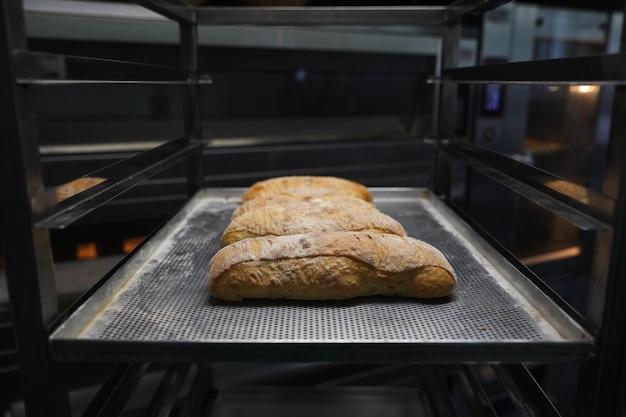 Frisch gebackenes brot auf einem backblech wurde aus dem ofen genommen