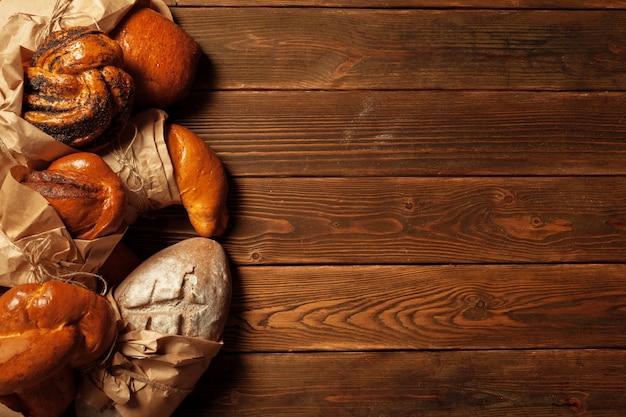 Frisch gebackenes brot auf holztisch