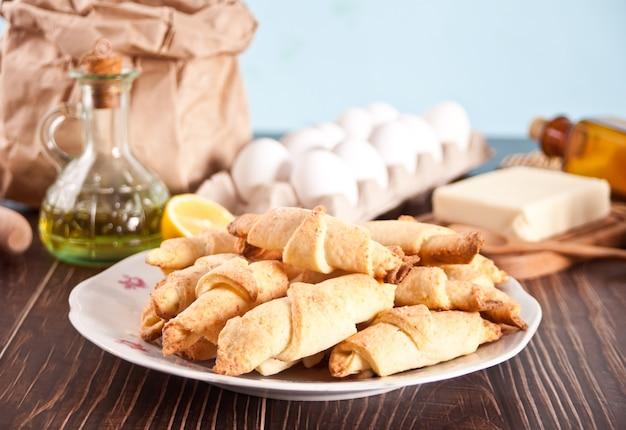 Frisch gebackenes croissant auf dem teller