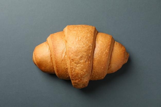 Frisch gebackenes croissant auf dunklem hintergrund, draufsicht