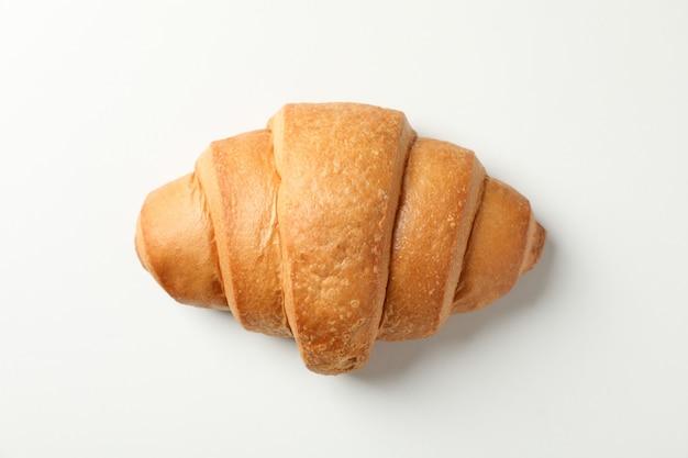 Frisch gebackenes croissant auf weißem hintergrund, draufsicht