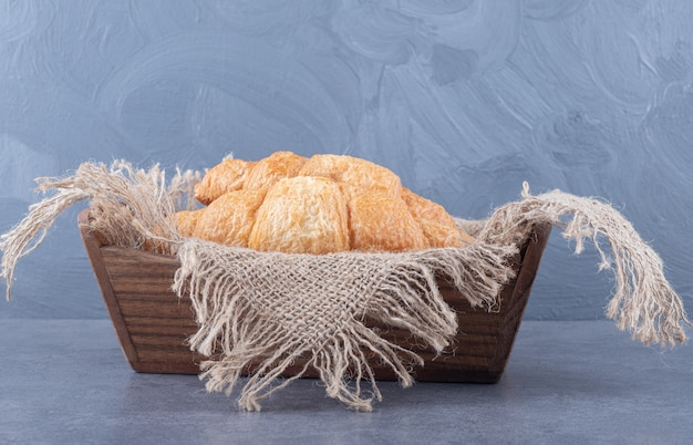 Frisch gebackenes croissant in holzkiste.