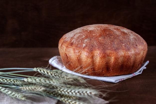Frisch gebackenes hausgemachtes brot liegt auf dem tisch
