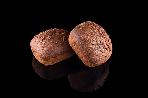 Frisch gebackenes hausgemachtes brot lokalisiert auf schwarz. frisches roggenbrot. gesundes essen und traditionelle bäckerei, backbrotkonzept.
