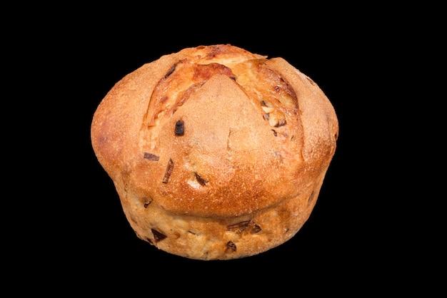 Frisch gebackenes hausgemachtes brot lokalisiert auf schwarz. käse- und zwiebelbrot. gesundes essen und traditionelle bäckerei, backbrotkonzept.