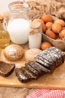 Frisch gebackenes hausgemachtes brot mit verschiedenen müsli.