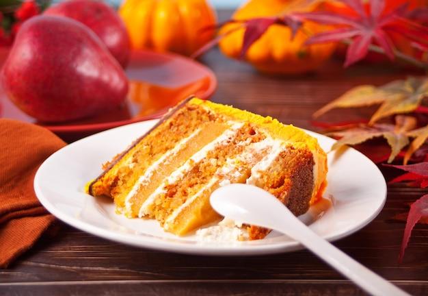 Frisch gebackenes hausgemachtes stück karottenkuchen auf dem teller.
