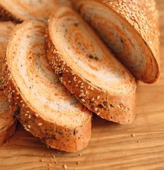 Frisch gebackenes hausgemachtes traditionelles handgeschnittenes brot.