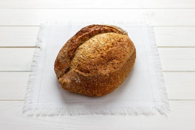 Frisch gebackenes hausgemachtes vollkornbrot mit leinsamen auf serviette. nützliches diätbrot