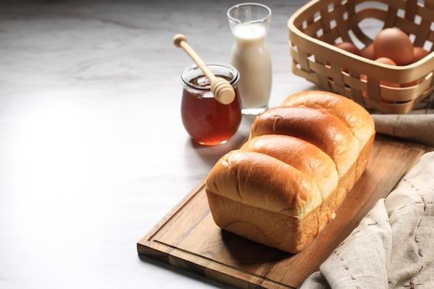Frisch gebackenes japanisches weiches und flauschiges brötchen-weißbrot, beliebt als hokaido-milchbrot. hausgemachte japanische brioche, platz für text kopieren