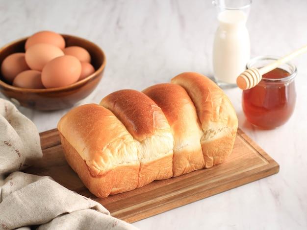 Frisch gebackenes japanisches weiches und flauschiges brötchen-weißbrot, beliebt als hokaido-milchbrot. hausgemachte japanische brioche