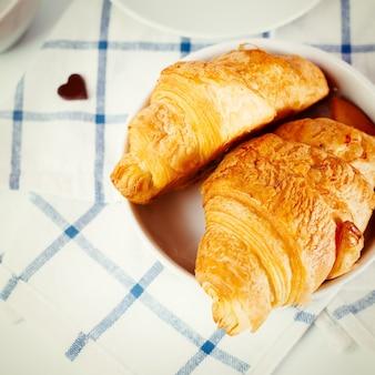 Frisch gebackenes leckeres croissant