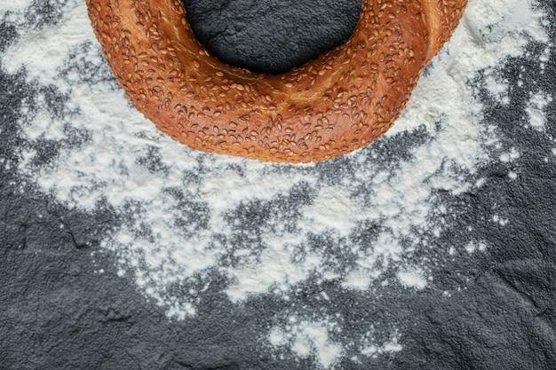 Frisch gebackenes leckeres türkisches simit auf mehl.