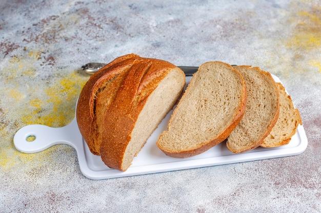 Frisch gebackenes roggenweizenbrot in scheiben geschnitten.