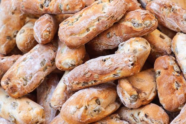 Frisch gebackenes rustikales italienisches brot mit grünen oliven auf dem sonntagsmarkt