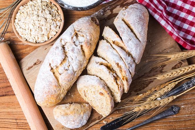 Frisch gebackenes traditionelles brot auf holztisch haferflockenbrot