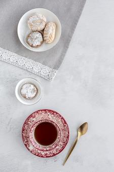 Frisch gebackenes traditionelles gebäck mit tee