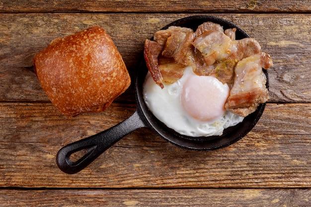 Frisch gebratener speck und eier in einer pfanne