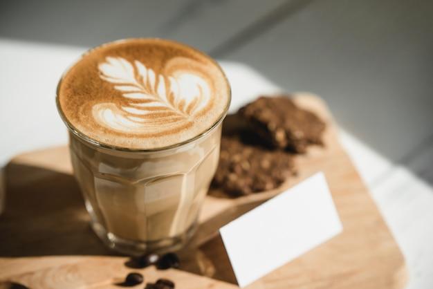 Frisch gebrühter cappuccino-kaffee mit trinkfertiger latte art