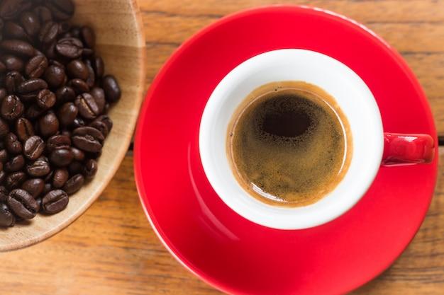 Frisch gebrühter heißer espresso in der roten schale