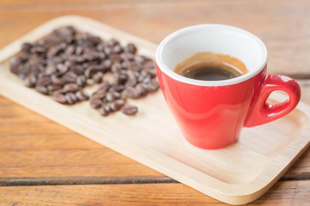 Frisch gebrühter heißer espresso mit gerösteter bohne