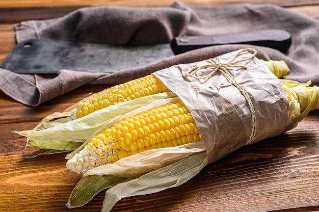 Frisch geernteter maiskolben auf bauernmarkt, lokales gemüse.