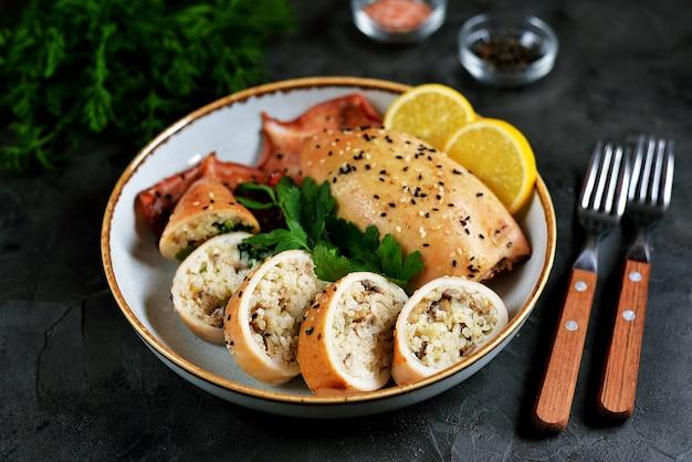 Frisch gefüllte tintenfische mit reis und pilzen