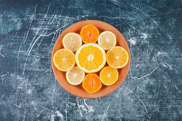 Frisch gehackte zitrusfrüchte in einen runden lehmteller gelegt.
