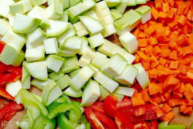 Frisch gehacktes gemüse. gesundes essen und gesunder lebensstil.