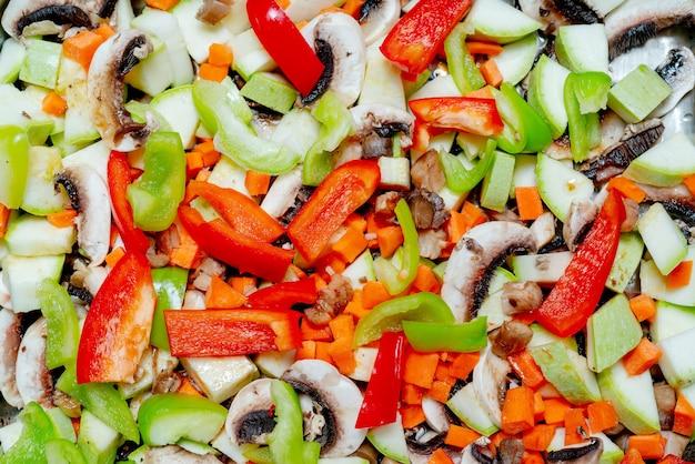 Frisch gehacktes gemüse und champignons. gesundes essen und gesunder lebensstil.