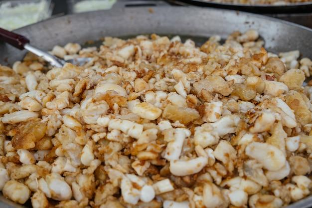Frisch gekochte gebratene kalmareier des aufruhrs auf flacher wanne