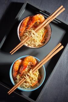 Frisch gekochte instantnudeln. asiatische küche