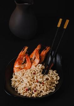 Frisch gekochte instantnudeln mit gegrillten garnelen. asiatische küche