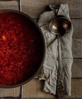 Frisch gekochte traditionelle russische rote-bete-suppe in einer pfanne