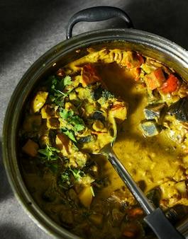 Frisch gekochter gemüsecurry in einem topf