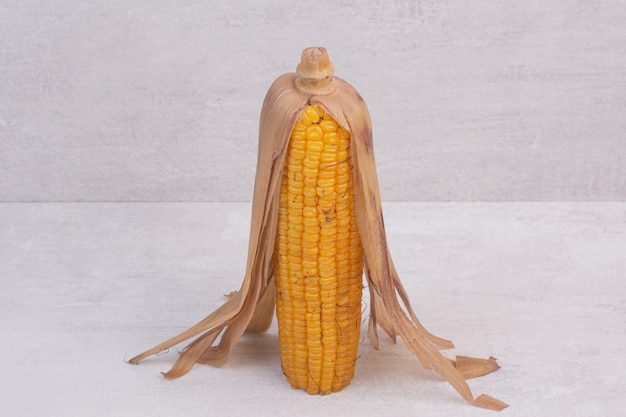 Frisch gekochter mais auf weißem tisch.