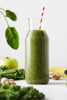 Frisch gemachte flasche grüner smoothie, nahaufnahme.