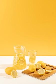 Frisch gemachte limonade der vorderansicht